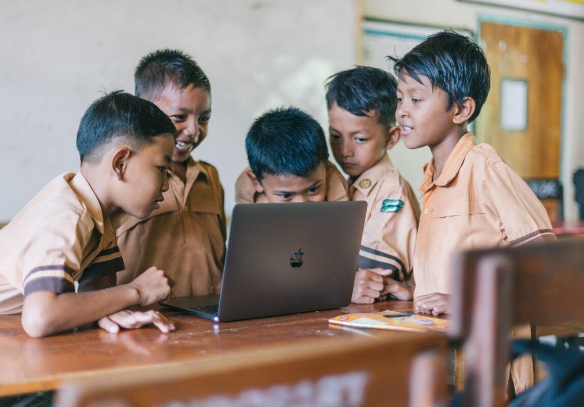 Appliquer la technologie à l'éducation est un moyen efficace pour les entreprises de contribuer à abolir le travail des enfants.